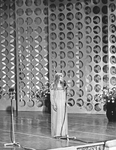 Marianne performing C'è chi Spera at the San Remo song festival in January 1967
